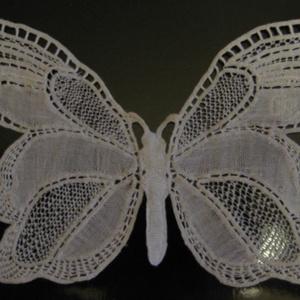 Csipke pillangó varrott csipkéből, Ruha & Divat, Csipkekészítés, Varrás, Pamut cérnából, levegőben varrott csipke pillangó.\n17,5*10 cm\nDísznek, ruhára, faliképnek.\nSúlya 2 g..., Meska