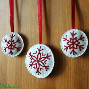 Hópehely fenyődíszek, Karácsony & Mikulás, Karácsonyfadísz, Kézi hímzéssel készült hópelyhet formázó karácsonyfadíszek. Ecrü színű gyapjúfilc alapra készítettem..., Meska