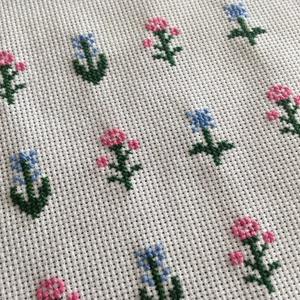 Keresztszemes hímzett virágok további alkotáshoz, DIY (Csináld magad), Egységcsomag, 12 db virágot hímeztem keresztszemes hímzéssel. A virágminták saját ötlet alapján születettek. Továb..., Meska