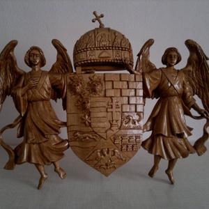 Faragott ANGYALOS CÍMER, Művészet, Szobor, Fa, Famegmunkálás, Szobrászat, Kézmüves faragással készült angyalos címer .\nMéretek 52x40 cm\nÖnmagába felállítva vagy a támasztékot..., Meska