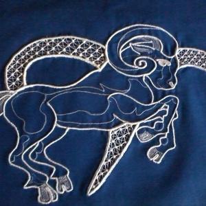 Kos horoszkópos párnahuzat, Lakberendezés, Otthon & lakás, Lakástextil, Párna, Csipkekészítés, Hímzés, 45 x 45 cm-es párnahuzatot varrtam kék sifon anyagból tépőzáras megoldással. A párnahuzatot anyagába..., Meska