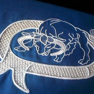 Bika horoszkópos párnahuzat, Párna & Párnahuzat, Lakástextil, Otthon & Lakás, Csipkekészítés, Hímzés, 45 x 45 cm-es párnahuzatot varrtam, tépőzáras megoldással kék sifon anyagból.\nAnyagában riseliőztem ..., Meska