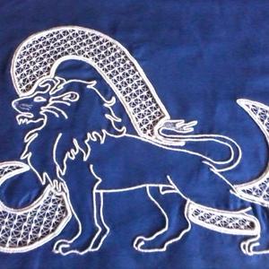 Oroszlán horoszkópos párnahuzat, Lakberendezés, Otthon & lakás, Lakástextil, Párna, Csipkekészítés, Hímzés, 1 db készleten van. Kék sifon anyagból 45 x 45 cm-es párnahuzatot varrtam, melynek hátsó oldali nyíl..., Meska