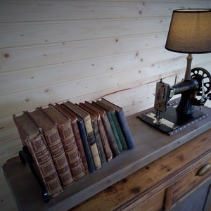 Lámpa könyvtartóval, Otthon & lakás, Lakberendezés, Lámpa, Festett tárgyak, Fémmegmunkálás, Egy különleges könyvtartó, mely ötvözve van egy régi varrógéppel,  amiből lámpa lett.\n\nA lámpát egy ..., Meska