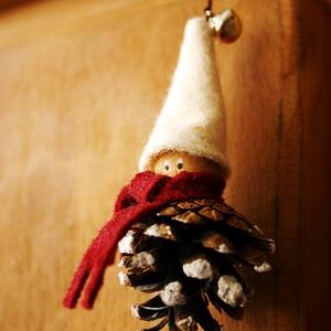 tobozmanó, Otthon & Lakás, Karácsony & Mikulás, Karácsonyi dekoráció, Virágkötés, Tobozból, fagolyóból készült csengettyűs filc-sapkájú manó. Kedves téli dekoráció. 10 centi magas, b..., Meska