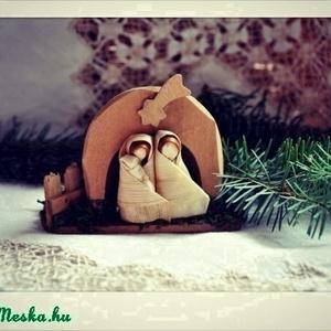 Mini Betlehem , Otthon & lakás, Dekoráció, Ünnepi dekoráció, Karácsony, Karácsonyi dekoráció, Fonás (csuhé, gyékény, stb.), 1 db mini Betlehem.\nA betlehem alapja fából készült.\nMérete:10-10 cm.\nJózsef és Mária :3-4 cm.\n\nApró..., Meska
