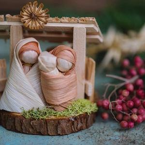 Kicsi Betlehem2, Otthon & lakás, Dekoráció, Ünnepi dekoráció, Karácsony, Karácsonyi dekoráció, Fonás (csuhé, gyékény, stb.), Fából készült.....mini Betlehem.\nMérete: 9x9 cm\n\nKöszönöm,hogy boltomban jártál!\nMosollyal:Ilda..., Meska