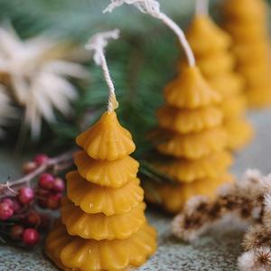 Karácsonyfa gyertya, Karácsonyi dekoráció, Karácsony & Mikulás, Otthon & Lakás, Gyertya-, mécseskészítés, A méz illatát, a méhek szorgalmát , a nyári nap ☀️ melegét... és szívből jövő szeretetet ❤️ rejti ma..., Meska