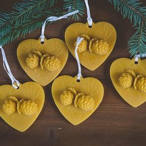 Angyalkás szív, Karácsonyfadísz, Karácsony & Mikulás, Otthon & Lakás, Gyertya-, mécseskészítés, A méz illatát, a méhek szorgalmát , a nyári nap ☀️ melegét... és szívből jövő szeretetet ❤️ rejti ma..., Meska