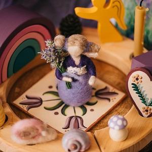 Levendula tündér, Művészet, Más művészeti ág, Fonás (csuhé, gyékény, stb.),  1 db tűnemezelt angyalka  Mérete: 10 cm\nCsodaszép ajándék névnapra, születésnapra, karácsonyra, vag..., Meska
