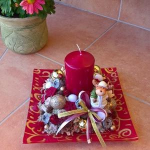 Bordó karácsonyi asztaldísz gyertyával, Otthon & Lakás, Dekoráció, Asztaldísz, Virágkötés, Az üvegtálra (21x21 cm-es) rögzítettem a tűzőhabot, közepére került a gyertya, mellé a kerámia rénsz..., Meska