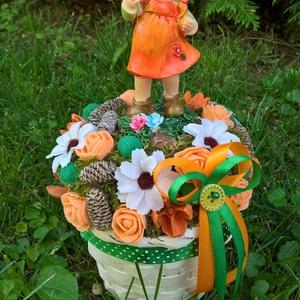 Narancssárga kislányos asztaldísz kosárban, Dekoráció, Otthon & lakás, Lakberendezés, Asztaldísz, Virágkötés, A száraz tűzőhabbal kibélelt kosár közepére rögzítettem a kislányt, majd többféle terméssel, virágga..., Meska