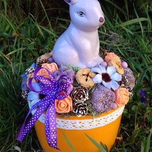 Húsvéti lila nyuszis asztaldísz, Lakberendezés, Otthon & lakás, Asztaldísz, Dekoráció, Dísz, Virágkötés, A száraz tűzőhabbal kibélelt kaspó közepére rögzítettem a nyuszit, majd többféle terméssel, virággal..., Meska