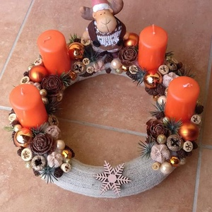 Narancs színű adventi koszorú, Karácsony & Mikulás, Adventi koszorú, Virágkötés, A koszorú alapot bevontam bézs színű kötött anyaggal, rögzítettem a gyertyákat és a figurát, majd kö..., Meska