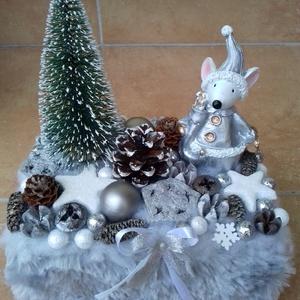 Ezüst színű egeres karácsonyi asztaldísz, Karácsony & Mikulás, Karácsonyi dekoráció, Virágkötés, A papírdobozt kibéleltem tűzőhabbal, a közepére ültettem az egeret és a fenyőt, majd rögzítettem a g..., Meska