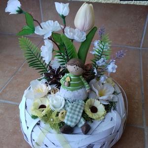 Manós tavaszi asztaldísz kosárban, Otthon & Lakás, Dekoráció, Asztaldísz, Virágkötés, A száraz tűzőhabbal kibélelt kosár közepére rögzítettem az őzikét, majd többféle terméssel, virággal..., Meska