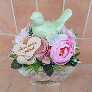 Madaras asztaldísz rózsás fadobozban (akár anyák napjára), Otthon & Lakás, Dekoráció, Asztaldísz, Virágkötés, A tűzőhabbal kibélelt fadobozt díszítettem többféle virággal, terméssel, műzölddel.\n\nMagassága: 17 c..., Meska