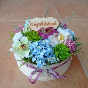 Virágdoboz, virágbox (akár ballagásra), Otthon & Lakás, Dekoráció, Asztaldísz, Virágkötés, Tűzőhabbal kibélelt dobozba illesztettem a különféle virágokat és zöldeket.\n\nÁtmérője: 14-15 cm\n\nTáb..., Meska