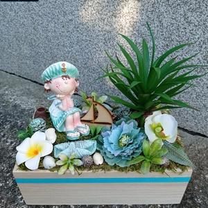 Nyári asztaldísz fadobozban, Otthon & Lakás, Dekoráció, Asztaldísz, Virágkötés, A száraz tűzőhabbal kibélelt tobozba rögzítettem a figurát, majd többféle terméssel, virággal, zöldd..., Meska
