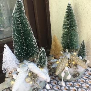 Karácsonyi tál, Otthon & Lakás, Karácsony & Mikulás, Karácsonyi dekoráció, Virágkötés, Kerek tálat díszítettem be különböző méretű műfenyőkkel és kerámia tobozokkal.\nRáadásként világító s..., Meska