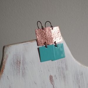Squares - kalapált-zománcozott réz fülbevaló, Lógós fülbevaló, Fülbevaló, Ékszer, Ékszerkészítés, Tűzzománc, Két kis négyzetet vágtunk, kalapáltunk, zománcoztunk, így készült ez a modern stílusú lógós füli.\nRé..., Meska