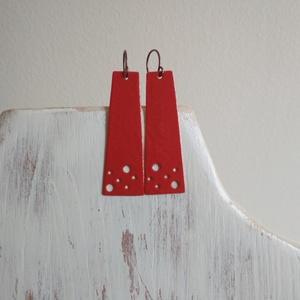 Dot - piros zománcozott réz fülbevaló , Ékszer, Fülbevaló, Lógós fülbevaló, Ékszerkészítés, Tűzzománc, Hosszúkás trapéz formájú füli lyukakkal. Saját ötlet alapján.\nRéz szerelékkel.\nMéret: kb. 6x1,5 cm..., Meska