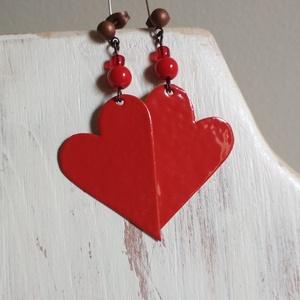 Red hearts 2. - zománcozott réz fülbevaló, Ékszer, Fülbevaló, Lógós fülbevaló, Ékszerkészítés, Tűzzománc, Hosszúkás szivecskéket vágtunk nagy gonddal, szépen megcsiszoltuk, majd pirosra zománcoztuk őket. Ho..., Meska
