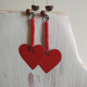 Red hearts 3. - zománcozott réz fülbevaló, Ékszer, Fülbevaló, Lógós fülbevaló, Ékszerkészítés, Tűzzománc, Kicsi szivecskéket vágtunk nagy gonddal, szépen megcsiszoltuk, majd pirosra zománcoztuk őket. Hozzái..., Meska