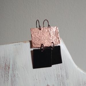 Squares n.2 Black - kalapált-zománcozott réz fülbevaló, Ékszer, Fülbevaló, Lógós fülbevaló, Ékszerkészítés, Tűzzománc, Két kis négyzetet vágtunk, kalapáltunk, zománcoztunk, így készült ez a modern stílusú lógós füli.\nRé..., Meska