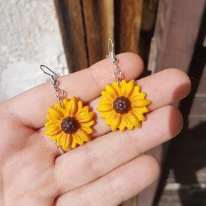 Napraforgó fülbevaló/ virág tavasz nyár napsütés, Ékszer, Fülbevaló, Gyurma, Ékszerkészítés, Nagymamám kedvenc virága a napraforgó. Az ő tiszteletére készült ez a fülbevaló.\n\n\nEzüst színű akasz..., Meska