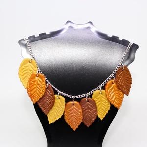 Október nyaklánc , Ékszer, Nyaklánc, Medál, Gyurma, Az október színeit elevenítettem meg ebben a láncban.\nKb. két centis levelek 45 centis ezüst színű l..., Meska