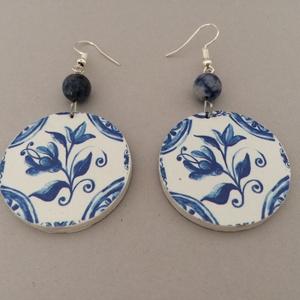 Azori azulejo No.4 fülbevaló, Ékszer, Fülbevaló, Lógós kerek fülbevaló, Decoupage, transzfer és szalvétatechnika, Festett tárgyak, 4,5 cm hosszú, decoupage technológiával készített kör alakú fülbevaló, hozzáillő gyönggyel. A kör át..., Meska