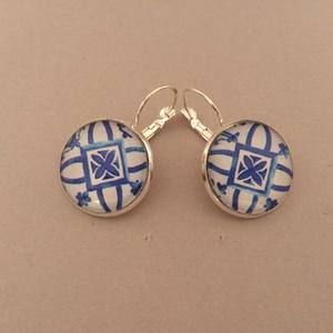Azori azulejo No.5 francia kapcsos fülbevaló, Ékszer, Fülbevaló, Ékszerkészítés, Az azulejo díszítésű, üveglencsés fülbevaló ezüst színű, kör alakú keretbe foglalt és francia kapoc..., Meska