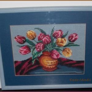 Tulipános gobelin, Művészet, Textil, Gobelin, Hímzés, Gobelin kép, keretezve:\n35x42 cm. \nTulipán csokor vázában, a kék színek kedvelőinek.\n\nSzemélye átvét..., Meska