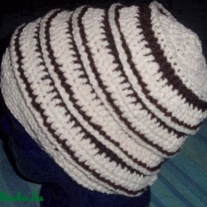Bordázott sapka  , Sál, sapka, kesztyű, Ruha, divat, Táska, Divat & Szépség, Női ruha, Horgolás, Buklé szerű tört fehér, és sötétbarna fonalak párosításából készítettem ezt a rugalmas, meleg sapit...., Meska