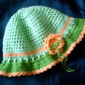 Barackvirág kalapocska, Babasapka, Babaruha & Gyerekruha, Ruha & Divat, Horgolás, Mutatós kislány kalap a tavasz színeiben. Kétféle árnyalatú zöld és a barack szín már múlatja a zord..., Meska