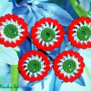 Virág kokárdák, Dekoráció, Otthon & lakás, Ünnepi dekoráció, Kokárda, Magyar motívumokkal, Táska, Divat & Szépség, Horgolás, \n6 cm átmérőjű virág kokárdák akár a család részére, vagy barátok közt megosztva. Nemzeti színeink v..., Meska