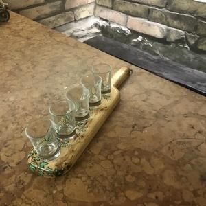 Egysoros borostyános pálinkás pohár kínáló, Férfiaknak, Hagyományőrző ajándékok, Sör, bor, pálinka, Otthon & lakás, Képzőművészet, Vegyes technika, Famegmunkálás, Festett tárgyak, Egyedei kézzel készítésű egysoros 5 db borostyános pálinkás pohár kínáló.\nMérete kb 37x8cm\nAnyaga kő..., Meska