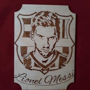 Messi kép, Kép & Falikép, Dekoráció, Otthon & Lakás, Famegmunkálás, Gravírozás, pirográfia, A5 méretű,rétegelt falapra, kézzel készült kép. Pirográf technikával,lakkozva., Meska