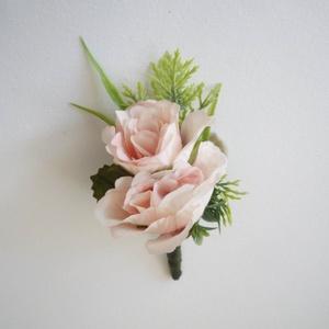 Vőlegény kitűző púder rózsa, Esküvő, Hajdísz, ruhadísz, Virágkötés, Púder selyemvirágból készült vőlegénykitűző, kitűző alapra készítettem.\n\nSzemélyes átvétel X. kerüle..., Meska