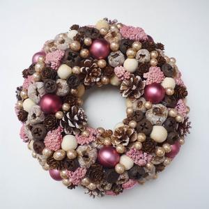 Rózsaszín karácsonyi ajtódísz, Otthon & lakás, Lakberendezés, Ajtódísz, kopogtató, Virágkötés, Különleges karácsonyi ajtódísz, tobozokkal, gömbökkel és termésekkel. Átmérője 26-27cm.\n\nX. kerületb..., Meska