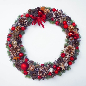 Piros karácsonyi ajtódísz, Otthon & lakás, Lakberendezés, Ajtódísz, kopogtató, Virágkötés, Különleges karácsonyi ajtódísz, tobozokkal, gömbökkel és termésekkel. Lapos elrendezésű, fa karikára..., Meska