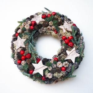 Karácsonyi ajtódísz piros bogyós, Otthon & lakás, Lakberendezés, Ajtódísz, kopogtató, Virágkötés, Kb. 24 cm átmérőjű adventi vagy karácsonyi ajtódísz koszorú hagyományos díszítéssel, műfenyővel, tob..., Meska