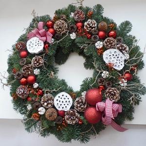 Óriás karácsonyi ajtódísz, Otthon & lakás, Lakberendezés, Ajtódísz, kopogtató, Virágkötés, Élő fenyőből, piros gömbökből, fehér termésekből és havas tobozokból készítettem ezt a téli hangulat..., Meska