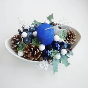 Kék áfonyás karácsonyi asztaldísz, Otthon & lakás, Dekoráció, Lakberendezés, Asztaldísz, Virágkötés, kb. 20 cm hosszú fehér tálba készült különleges karácsonyi asztaldísz, kék gyertyával gömbökkel és á..., Meska