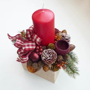 Bordó karácsonyi asztaldísz, Otthon & lakás, Lakberendezés, Asztaldísz, Virágkötés, Kb. 20x22 cm-es kompozíció, fa kockába készült adventi asztaldísz, műfenyővel és termésekkel, gömbök..., Meska