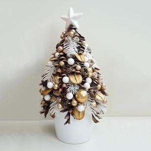 Mini karácsonyfa asztaldísz, Otthon & lakás, Lakberendezés, Asztaldísz, Virágkötés, Kb. 34 cm magas, legszélesebb pontján 19 cm-es.\nTobozokból és termésekből készült mini karácsonyfa c..., Meska