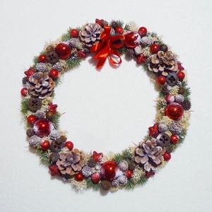 Piros karácsonyi ajtódísz, Otthon & Lakás, Karácsony & Mikulás, Karácsonyi kopogtató, Virágkötés, Különleges karácsonyi ajtódísz, tobozokkal, gömbökkel és termésekkel. Lapos elrendezésű, fa karikára..., Meska