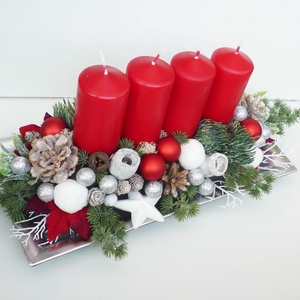 Nagy karácsonyi asztaldísz piros gyertyákkal, Otthon & Lakás, Karácsony & Mikulás, Adventi koszorú, Virágkötés, Kb. 50cmx20 cm-es kompozíció. 20 cm magas.\n37x17cm-es szögletes ezüst színű tálba készült karácsonyi..., Meska
