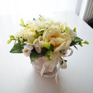 Húsvéti asztaldísz tavaszi kosár, Otthon & lakás, Lakberendezés, Asztaldísz, Virágkötés, Vidám selyemvirág - szárazvirág asztaldísz, fehér fonott kaspóban selyem nárciszokkal és tojásokkal..., Meska